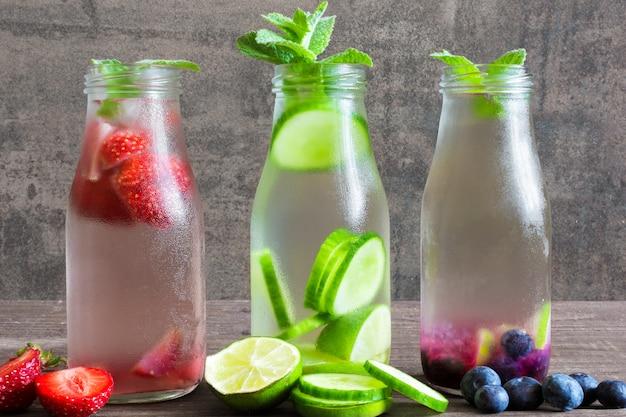 Varietà di bevande fredde estive in piccole bottiglie