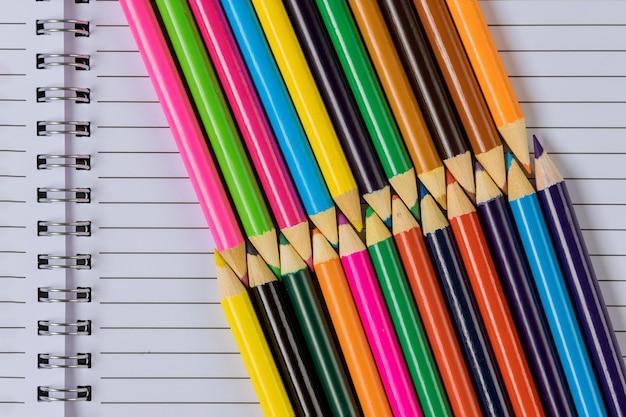 Una varietà di cancelleria colorata in stand su una scuola fornisce la disposizione piatta