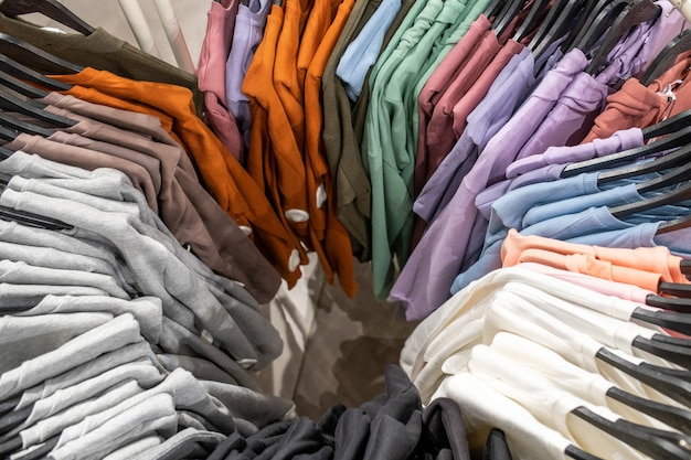 Varietà di vestiti colorati appesi in negozio