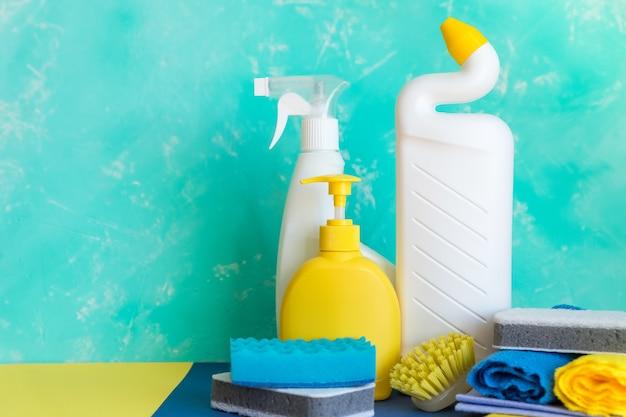 Varietà di prodotti per la pulizia della casa colorati. concetto di pulizia e pulizie di primavera.