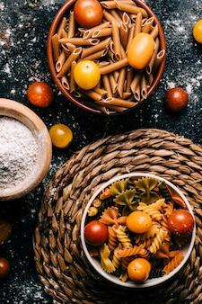 Varietà di pasta colorata di verdure. farina integrale alimenti sani. cibo vegano