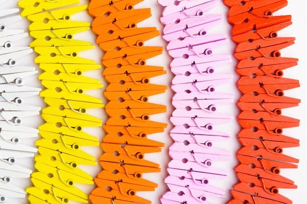Una varietà di perni di legno colorati