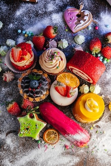 Varietà di deliziosi prodotti dolciari un mix di torte eclair con mousse al cioccolato cupcakes e torte shu per un candy bar o una presentazione in vetrina di pasticceria