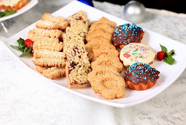 Una varietà di deliziosi prodotti culinari.