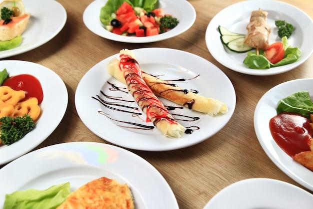 Varietà di deliziosi piatti in tavola