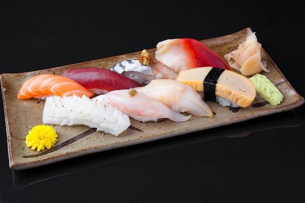 Varietà di deliziosi sushi su un piatto