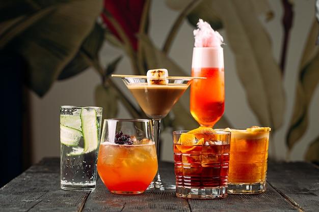 Varietà di diversi cocktail alcolici misti dolci