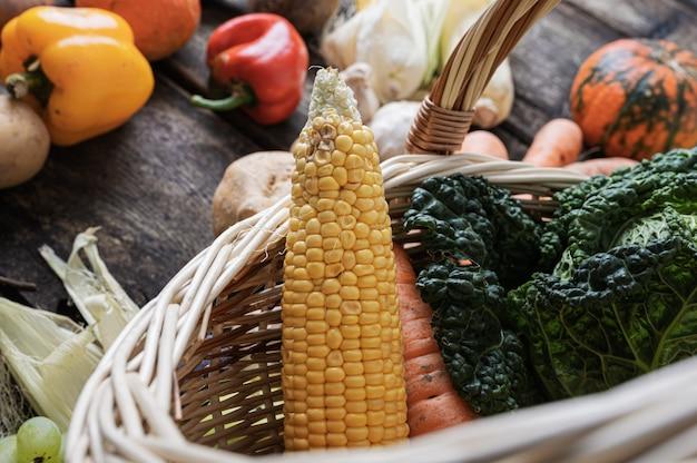 Varietà di verdure fresche autunnali in un cesto di vimini.