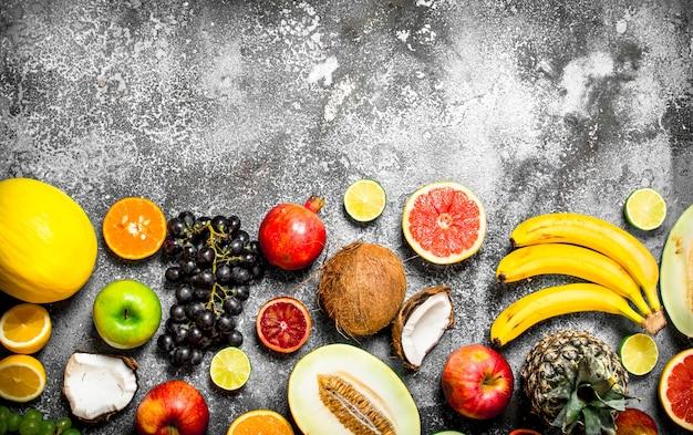 Varietà di frutta fresca. su fondo rustico.