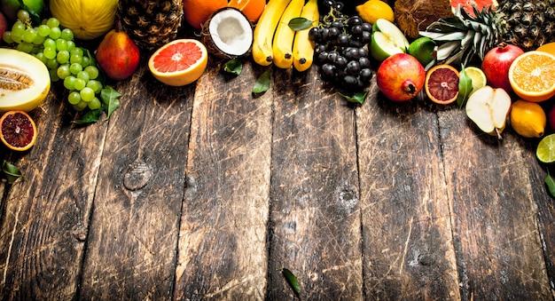Varietà di frutta fresca. su un tavolo di legno.