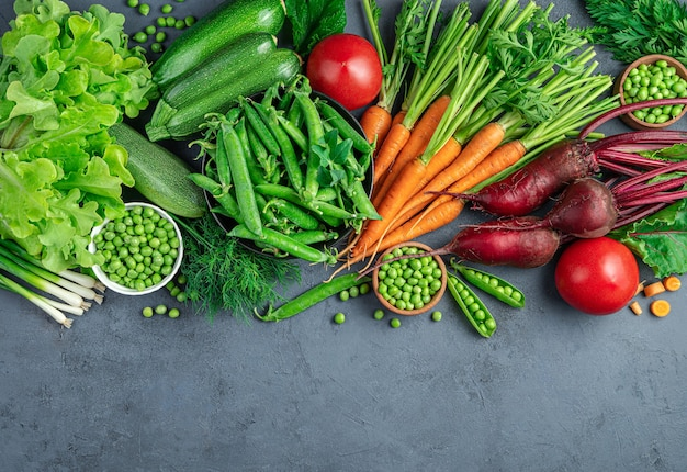 Una varietà di verdure ed erbe fresche e sane su sfondo blu con spazio da copiare. vista dall'alto.