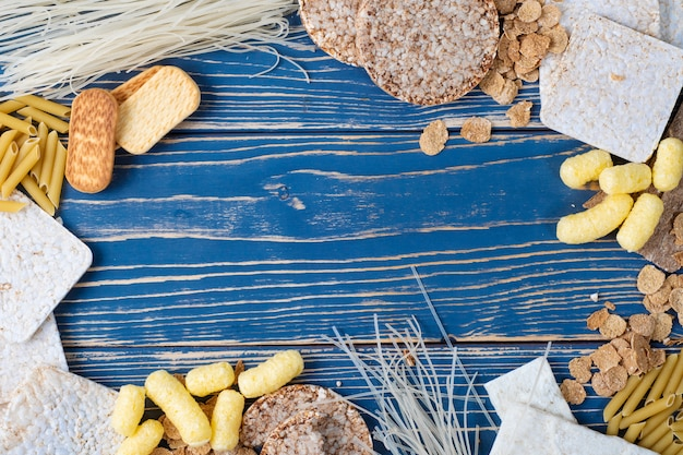 Una varietà di alimenti senza glutine su uno sfondo di legno blu. vista dall'alto. cibo senza glutine con spazio di copia.