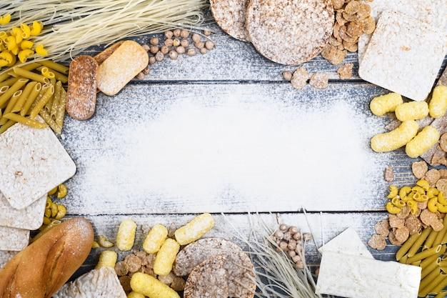 Una varietà di alimenti senza glutine su un fondo di legno bianco. vista dall'alto. cibo senza glutine con spazio di copia.