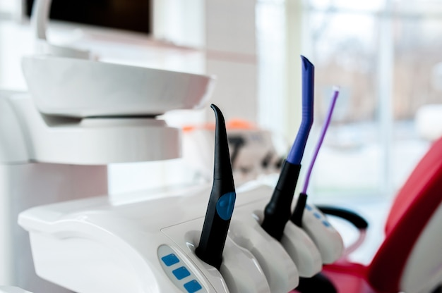 Una varietà di accessori hardware in odontoiatria
