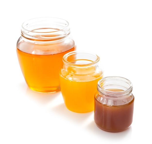 Varietà di miele in vaso isolato su bianco