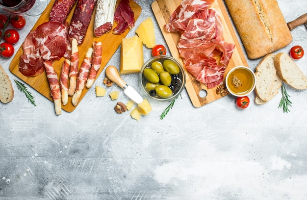 Varietà di snack italiani sul tavolo rustico.