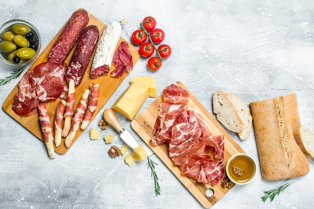 Varietà di spuntini italiani sulla tavola di legno.