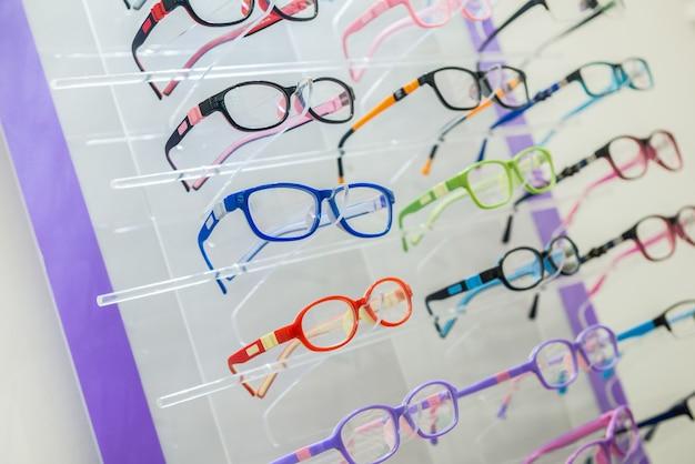 Una varietà di occhiali da sole e medici sullo stand nel negozio