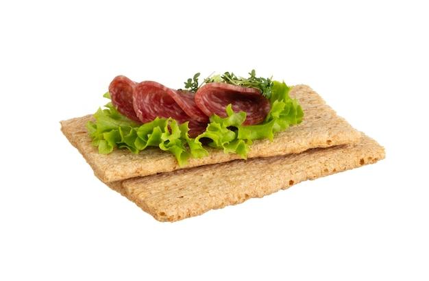 Varietà di mini panini con crema di formaggio, verdure e salame.