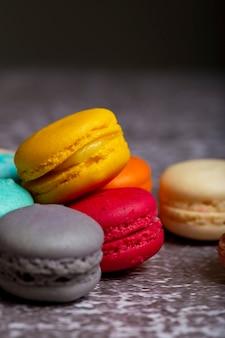 Una varietà di macarons dai colori pastello