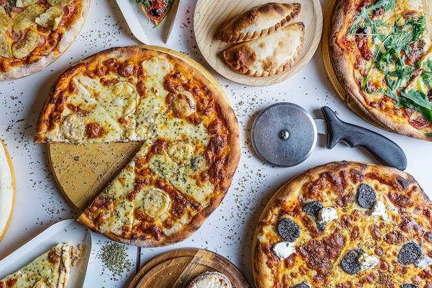 Varietà di pizze sul tavolo del ristorante da mangiare