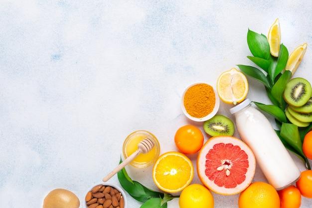 Una varietà di prodotti per mantenere l'immunità su uno sfondo bianco. concetto di prevenzione delle malattie. copia spazio