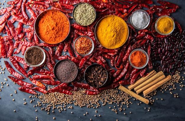 Varietà di spezie ed erbe aromatiche sul tavolo della cucina