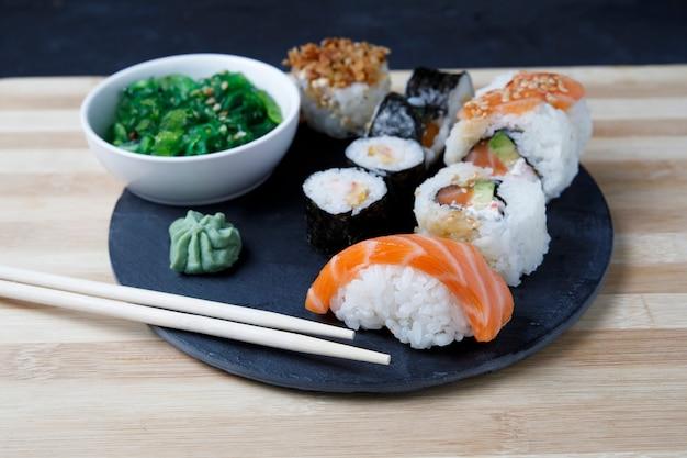 Varietà di sushi con wasabi e diciamo salsa?
