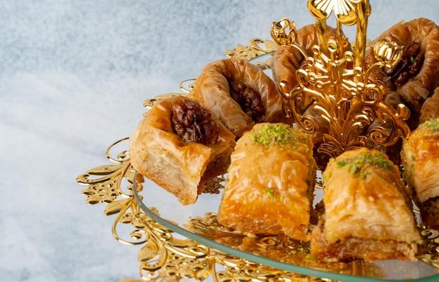 Varietà di dolci turchi serviti su alzata