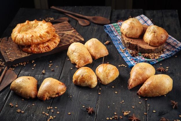 Varietà di torte di samsa al forno nazionali uzbeke con diversi ripieni
