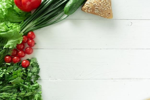 Una varietà di prodotti vegetariani su uno sfondo bianco. posto per il testo.