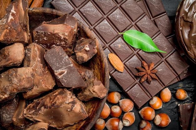 Vari assortimento di cioccolato con pasta.