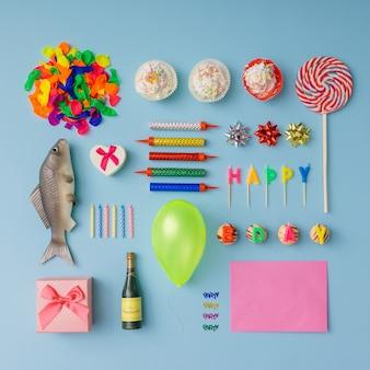 Varie cose della festa di compleanno disposte ordinatamente.