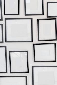 Varie cornici vuote sul muro bianco