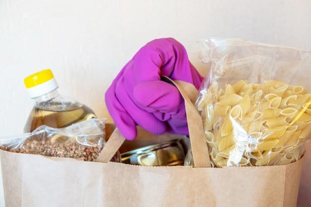Vari cibi in scatola, pasta e cereali in una scatola di cartone. donazioni di cibo o concetto di consegna di cibo.