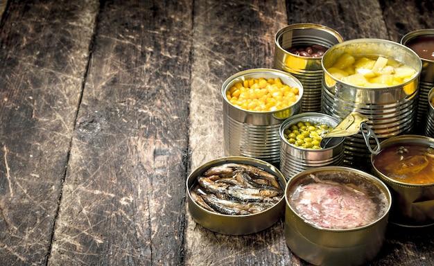 Varie verdure in scatola, carne, pesce e frutta in barattoli di latta.
