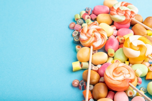 Varie caramelle al caramello su pastello blu