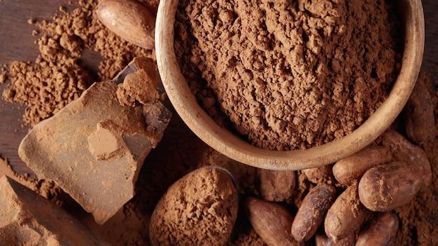 Messa a fuoco selettiva di vari prodotti a base di cacao vista dall'alto