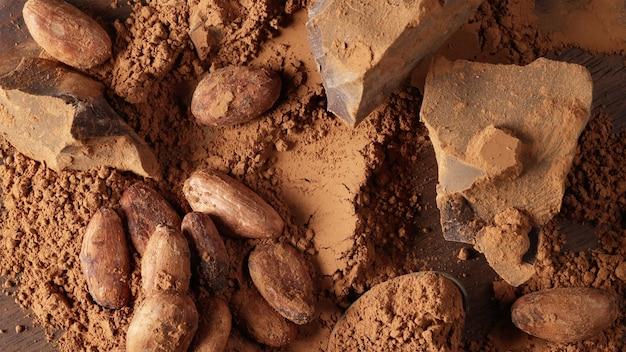 Vista dall'alto di vari prodotti di cacao sullo sfondo