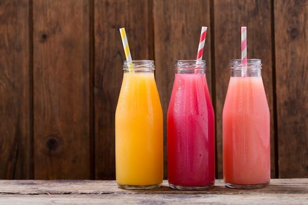 Varie bevande fredde in un botlles sulla tavola di legno
