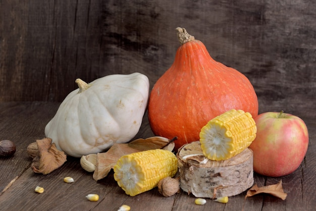 Vari e colorati autunnali di frutta e verdura su fondo in legno