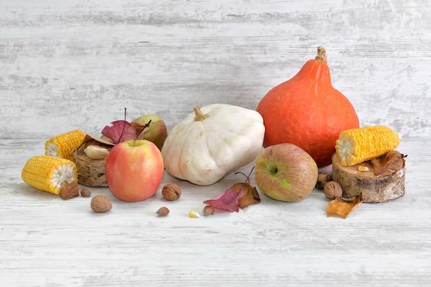 Vari e colorati ortaggi e frutta autunnali