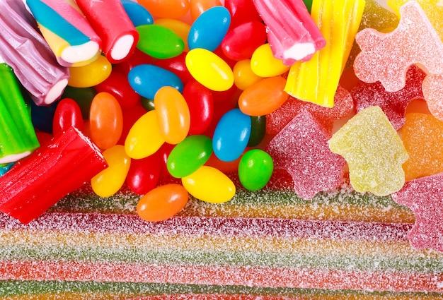 Varie caramelle colorate su sfondo bianco, vista dall'alto