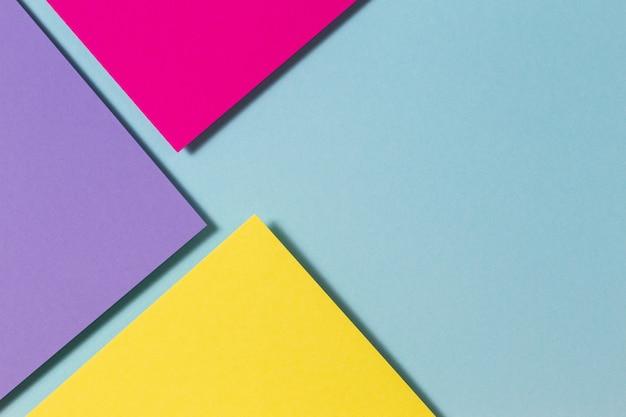 Vari fogli di carta colorati che formano la composizione della geometria