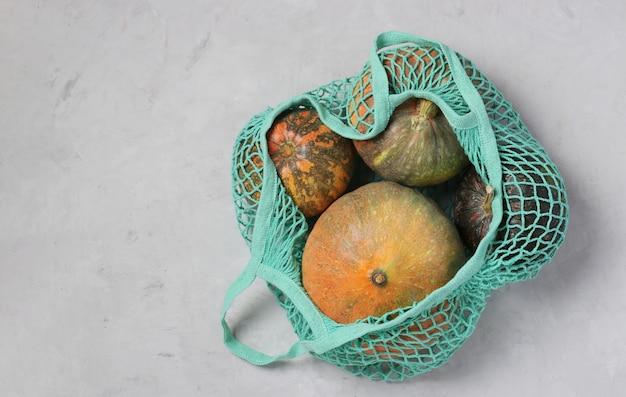 Varie zucche colorate in borsa a rete