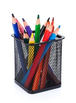 Vari matite di colore nel supporto. isolato su sfondo bianco