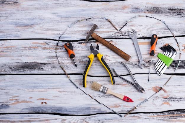 Vari strumenti di costruzione su fondo in legno