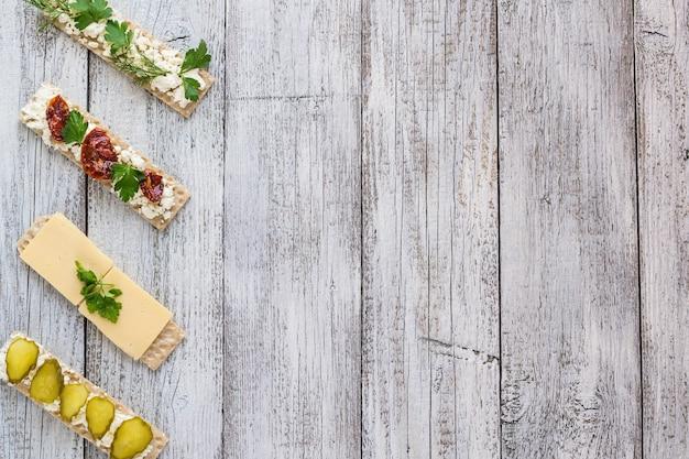Varie fette di pane croccante sul tavolo da cucina bianco woden, vista dall'alto