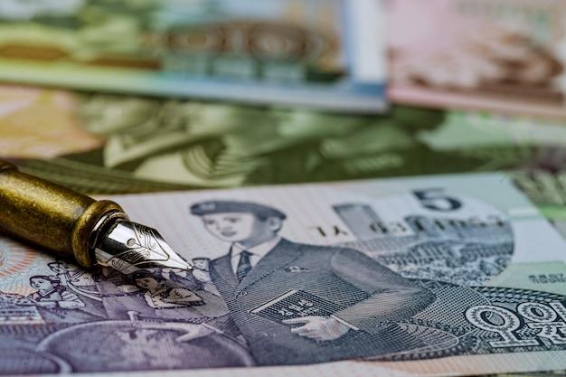 Varie banconote di banconote in valuta vince il kpw nordcoreano sulla penna per scrivere