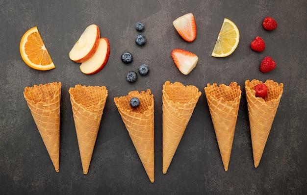 Vari frutti deliziosi in coni di cialda
